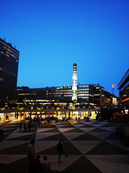 ストックホルム中央駅前に広がるセルゲル広場です。