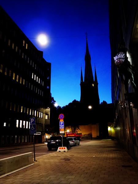 ガムラ・スタンを夜うろうろしていると建物の間からリッダーホルム教会が目の前に現れました!