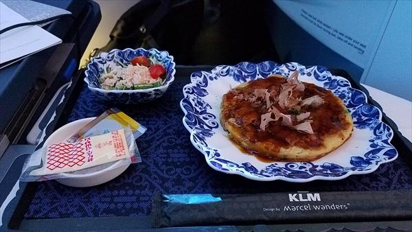 KLMオランダ航空ビジネスクラスの朝食です。ギルティプレジャーことお好み焼きです。