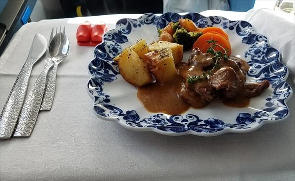 KLMオランダ航空のビジネスクラスで提供された機内食のメインディッシュ