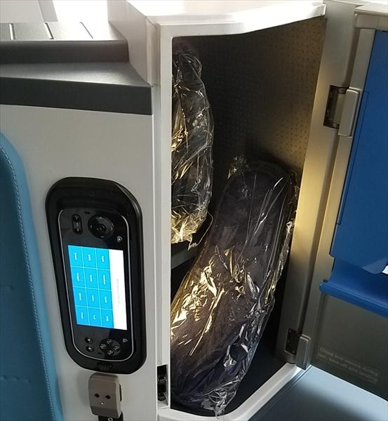 B787のビジネスクラスシートに設置されている個人用のストレージスペース