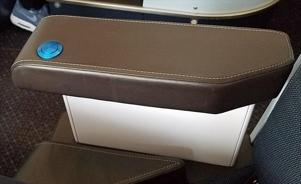 ボーイングの最新機B787のビジネスクラスシートに設置されているひじ掛け