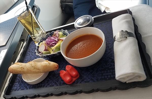 KLMオランダ航空のビジネスクラス機内食。前菜のローストトマトスープ。