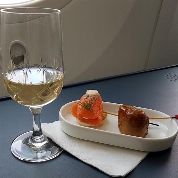 KLMオランダ航空のビジネスクラスで提供されてたウェルカムドリンクのシャンパンとピンチョス。