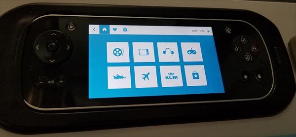 B787のビジネスクラスシートでは、小型ディスプレイ付きのコントローラが備え付けられています。