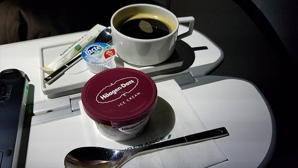 エールフランスのビジネスクラスでは夜にハーゲンダッツアイスを配ってくれます♪