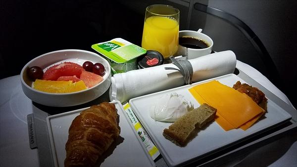 エールフランスのビジネスクラスで提供された機内食です。ポーチドエッグにしました。