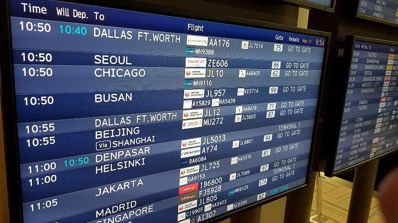 日本航空JL010便のステータスを示すフライト情報板