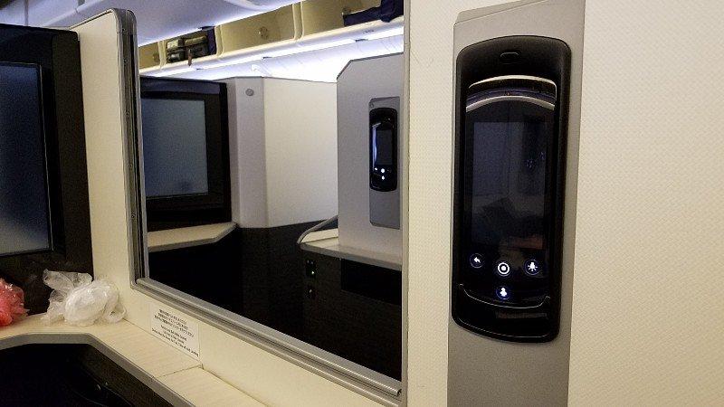 日本航空ビジネスクラスシートの隣席との仕切り