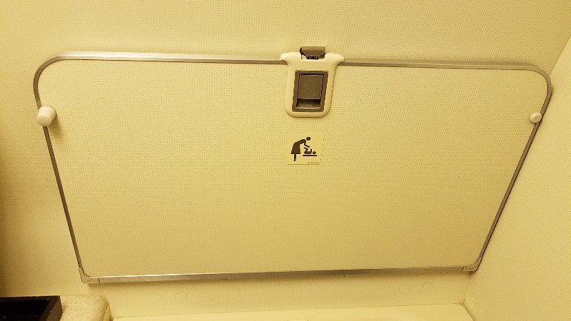 JL010便のトイレに備え付けられたオムツ交換台