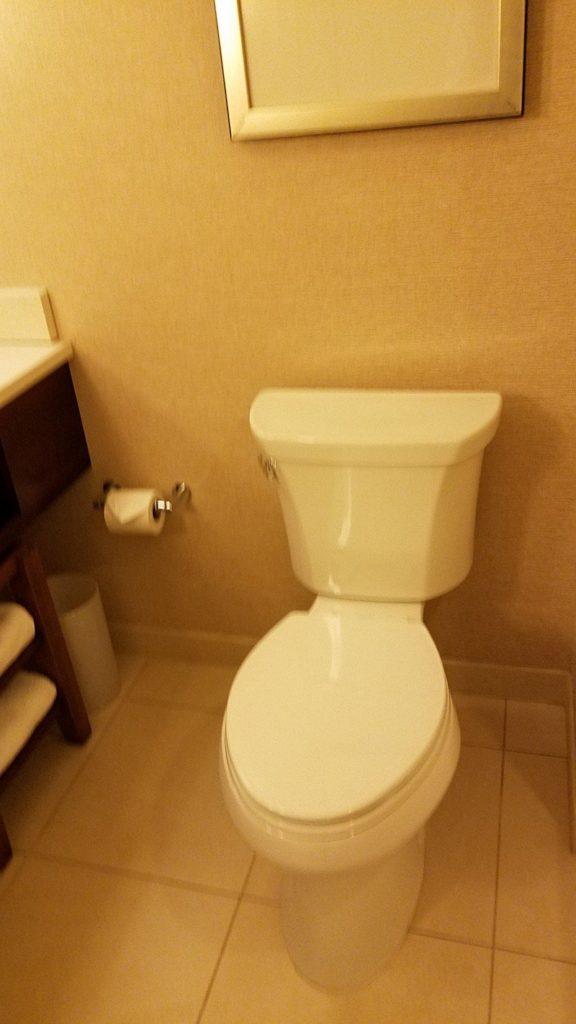 Marriott Milwaukee Downtownの部屋のトイレ