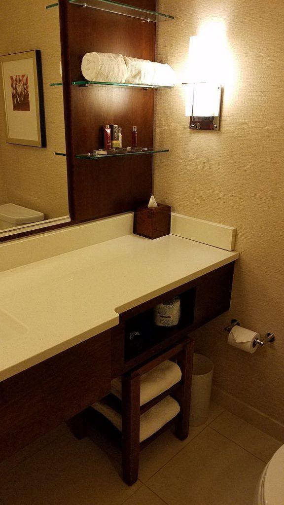 Marriott Milwaukee Downtownのバスルームの洗面所