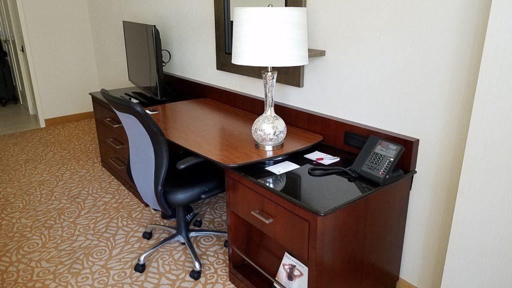 マリオットミルウォーキーダウンタウンのテーブルです。電話やメモ帳、筆記用具も完備です。